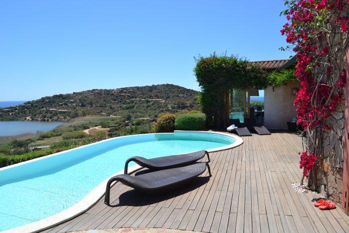 Villa di lusso con piscina vista mare for Piscina di lusso