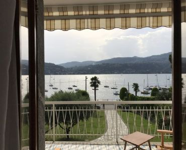 Villa VacanzeVilla Lina fronte lago spiaggia privata e piscina