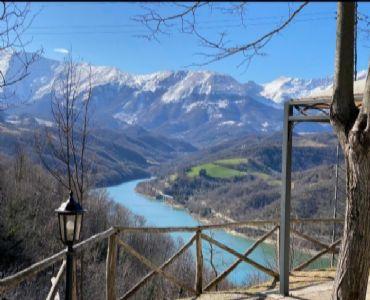 Casa VacanzeAppartamento 40 mq. in casale sul lago gerosa M.Sibillini