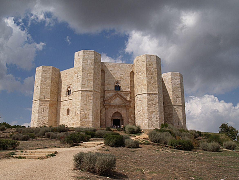 Castel del monte la perfezione architettonica for Piani scozzesi della casa del castello dell altopiano